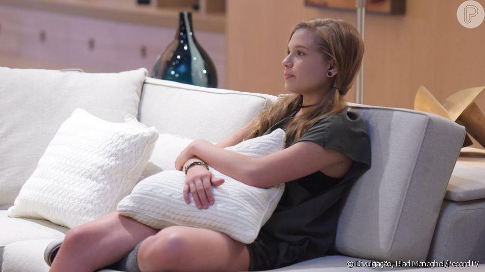 Na novela 'Topíssima', o pai de Andrea (Letícia Peroni) vai até a casa de Lara (Cristiana Oliveira) e fica sabendo que a garota é filha deles, no capítulo de quinta-feira, 19 de setembro de 2019