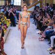 Sasha Meneghel desfilou para uma marca de beachwear e foi prestigiada pelos pais