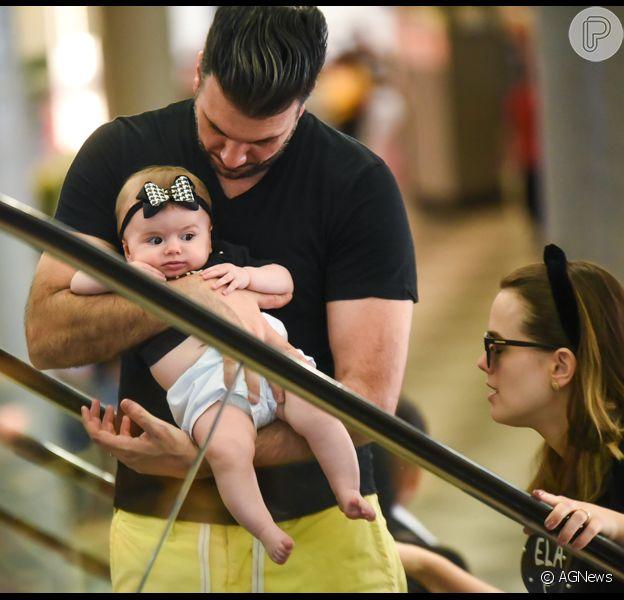 Thaeme Marioto é vista com sua filha, Liz, e seu marido embarcando no aeroporto de Congonhas, em São Paulo