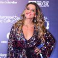 Lingerie à mostra: Ingrid Guimarães apostou em macacão colorido e brilho com decote em prêmio de teatro em São Paulo