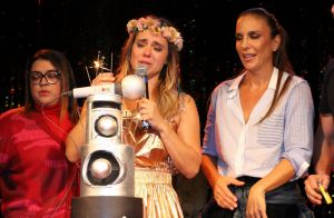 Carolina Dieckmann ganha festa surpresa de 41 anos e chora em teatro. Fotos!