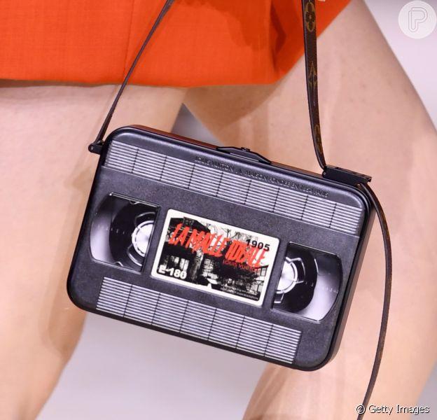 Bolsa retrô: Louis Vuitton levou modelo com formato VHS para as passarelas de Paris