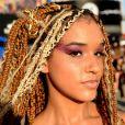 A maquiagem com sombra rosa e caprichada no glitter fez sucesso no street style do Rock in Rio
