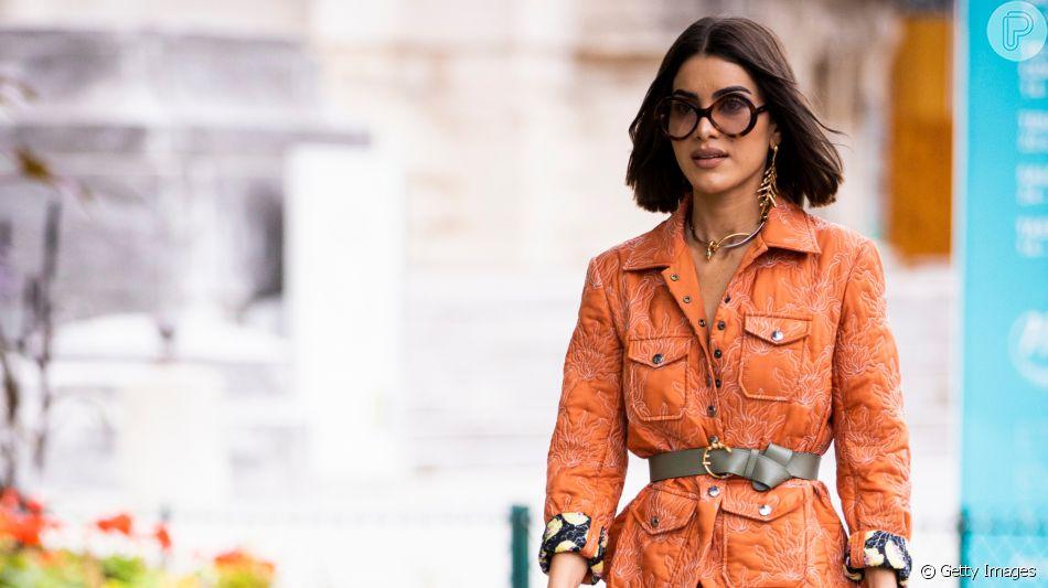 Tá na moda: cinto de fivela e largo por cima de vestidos e casacos é truque de styling para marcar a cintura