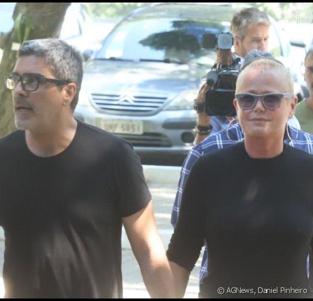 Xuxa Meneghel foi ao velório de Mautício Sherman com o namorado, Junno Andrade, nesta sexta-feira, dia 18 de outubro de 2019