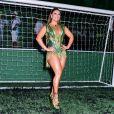 Viviane Araujo usou look curto e deixou pernas torneadas à mostra