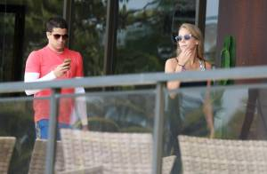 Enzo Celulari malha com a namorada, Jéssica Günter, mas não desgruda do celular