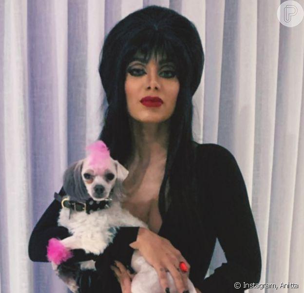 Anitta se fantasia de Elvira, a 'Rainha das Trevas', em festa de Halloween