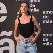 Mom jeans e bolsa mini: o look de Isis Valverde ao lançar 'Amor de Mãe'. Fotos!