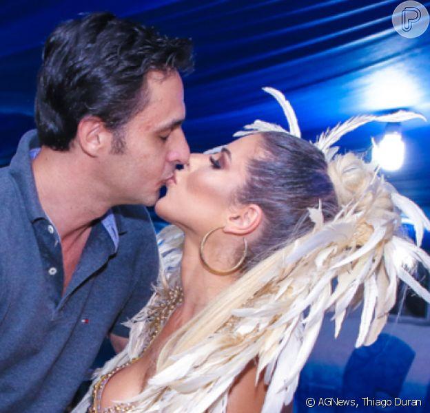 Carnaval 2020: Ana Paula Minerato beijou o namorado, Wesley Santesso, ao ser coroada nova musa de bateria da Acadêmicos do Tatuapé