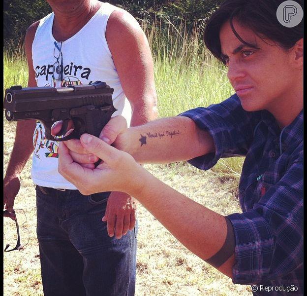 Thammy Miranda postou no último dia 21 uma foto em que aparece praticando tiro. A imagem deixou Linda Barbosa, namorada da atriz, encantada. 'Como é gato! e olha o charme pra pegar na arma Ui! que medo, muito lindo!', afirmou, nesta quarta-feira, 22 de fevereiro de 2013