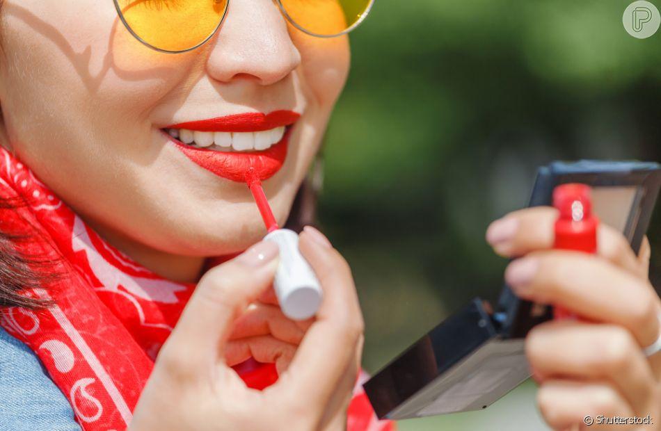 Para evitar que o batom derreta no verão, a dica é apostar nas versões matte e usar um corretivo como primer nos lábios