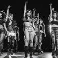 Anitta mostra sua habilidade fazendo coreografias com salto alto no clipe 'Show das Poderosas'