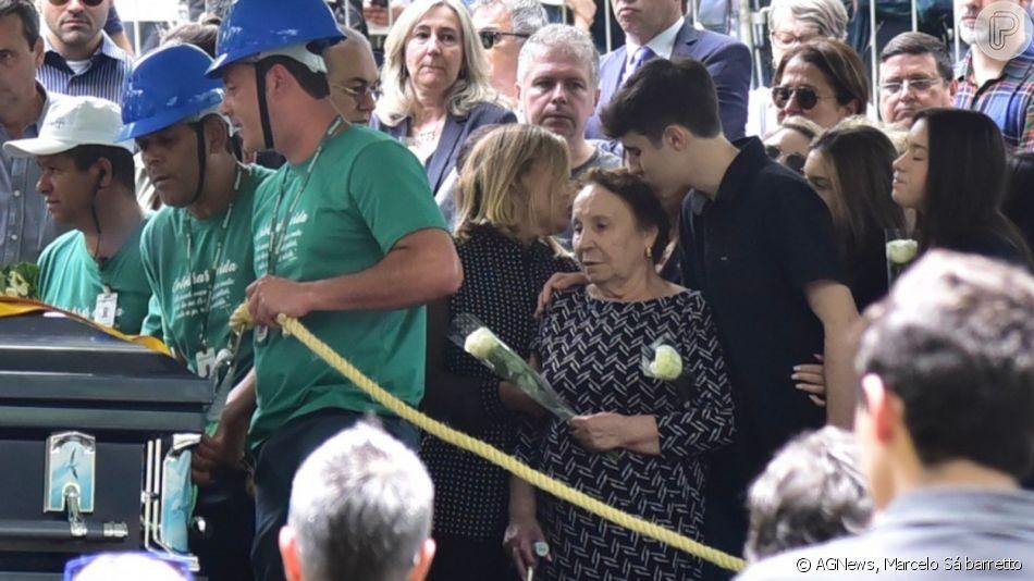 Família de Gugu Liberato se emociona em enterro do apresentador nesta sexta-feira, dia 29 de novembro de 2019