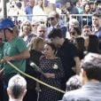 Filho de Gugu Liberato dá beijo na avó em enterro do apresentador nesta sexta-feira, dia 29 de novembro de 2019