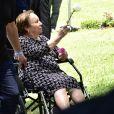 Mãe de Gugu Liberato carrega flores em enterro do apresentador nesta sexta-feira, dia 29 de novembro de 2019