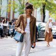 Moda no verão 2020: calça e regata branca ganham mais informação de moda com blazer marrom por cima