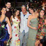 William Bonner, Fátima Bernardes e filhos posam com Natasha Dantas em teatro
