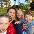 Luma Costa faz foto em família e mostra harmonia com o marido,   Leonardo Martins, e os filhos, Antônio e Eduardo
