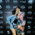 João Guilherme trocou beijo com namorada, Jade Picon, em show