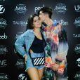 João Guilherme deu beijo na namorada, Jade Picon, em show