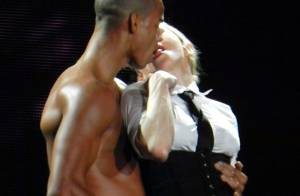 Namorado de Madonna posa com filha da cantora imitando estilista famosos