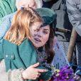 Kate Middleton conversa com a filha, Charlotte, abraçada à menina
