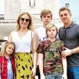 Luciano Huck e Angélica posaram com os filhos em cartão de Boas Festas virtual e sobrenome da apresentadora atrapalhou Caio Castro