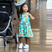 Filha de Juliana Alves, Yolanda encanta de vestido e tênis em passeio com a mãe