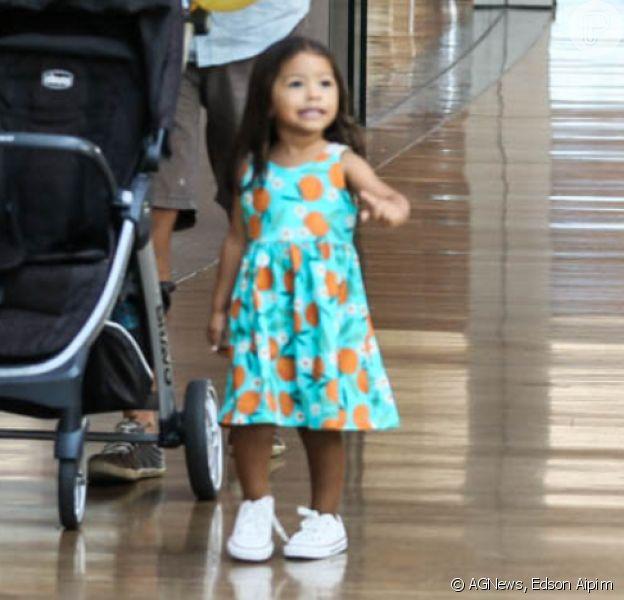 Filha de Juliana Alves, Yolanda rouba a cena com look estiloso durante passeio com os pais