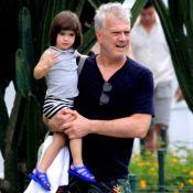 Pedro Bial passeia com filha de 2 anos e Laura exibe semelhança com Maria Prata