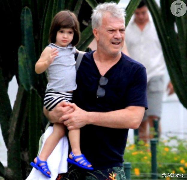 Filha de Pedro Bial chama atenção por semelhança com a mãe em fotos na praia nesta segunda-feira, dia 06 de janeiro de 2020