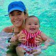 O sorriso de Manuella em seu primeiro banho de piscina com a mãe, Ticiane Pinheiro, roubou a cena