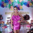Isabella Cecchi aposta em vestido tomara que caia com babadosem festa de verão de Hariany Almeida