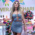 Hariany Almeida aposta em vestido jeans tomara que caia e com recortes da marca Balls para festa