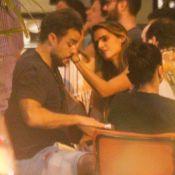 Joaquim Lopes é consolado por Marcella Fogaça em encontro com amigos em bar