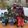 Juliana Paes, o marido, Eduardo Baptista, e os filhos, Pedro e Antonio, estão na cidade de Park City, em Utah