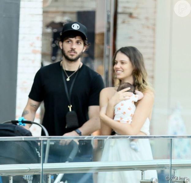 Chay Suede e Laura Neiva caminharam em shopping na companhia da filha, Maria, de 1 mês
