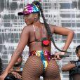 Iza aposta em look com hotpants cavado repleto de paetês coloridos em show no 'Verão Tim', no Rio de Janeiro, em09 de fevereiro de 2020
