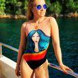 Angélica escolheu um maiô com estampa artística para passeio de barco