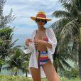 Jade Seba escolheu biquíni hot pant com listras multicoloridas