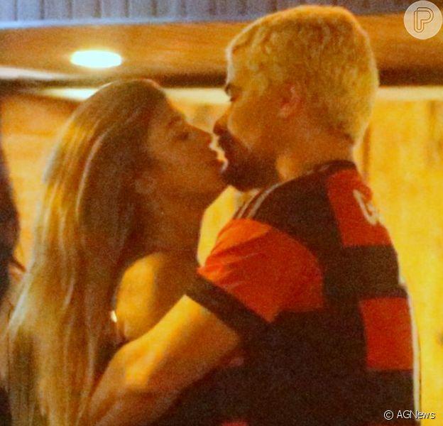 Thiago Martins é fotografado em clima de romance comTalita Nogueira em bar no Rio, neste domingo, 16 de fevereiro de 2020