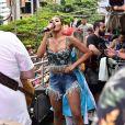 Pocah investiu em look com cropped com franjas metálicascriado exclusivamente pela GataBakana para ela cantar no Chá da Alice, em São Paulo, no domingo, 16 de fevereiro de 2020