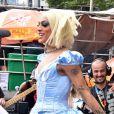 Pabllo Vittar se fantasia de Cinderela e aposta em peruca lace com fios platinados e acima dos ombros para o Chá da Alice, em São Paulo