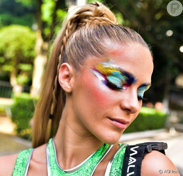 Isabella Santoni estreia no Carnaval de São Paulo commaiô repleto de recortes e de tecido reciclável feito criado pelo estilista Leandro Benites para a marca Malwee