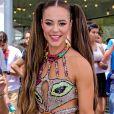 Paolla Oliveira combina glitter e franjas em look com recortes da marca Martu para o bloco da Favorita, no Rio de Janeiro. A atriz apostou em penteado maria chiquinha com fios superlongos
