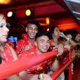 Neymar acompanhou Bruna Marquezine desfilar na companhia dos amigos dentro de um camarote, em 2013