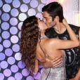 Isis Valverde trocou beijo com marido,  André Resende, no Carnaval do Rio