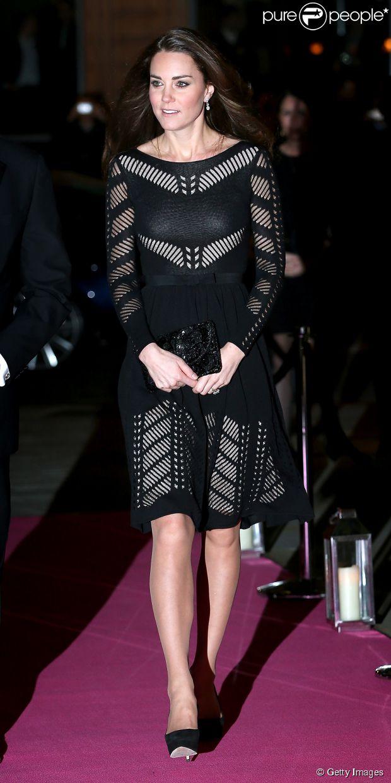 Kate Middleton usa look preto e com transparência em evento beneficente em Londres, na Inglaterra, nanoite desta quinta-feira, 23 de outubro de 2014