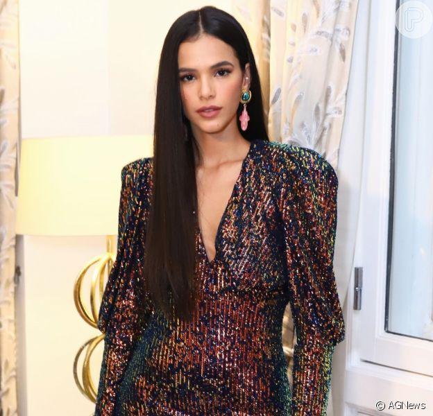Bruna Marquezine recebeu família e amigos em karaokê fashion no Rio de Janeiro nesta terça-feira, 3 de março de 2020
